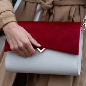 Voulez-vous connaître LE secret pour accessoiriser votre tenue en un clin d'oeil ? C'est simple comme bonjour ❤️ Personnalisez votre sac grâce à nos rabats interchangeables !✨Do you want to know THE secret to changing your outfit in a flash? It's as easy as pie ❤️ Customize your bag with our interchangeable covers !✨ ........................................................................................ #versaversa #handbag #bag #sac #sacpersonnalisable #fashion #slowfashion #luxe #luxury #fashionbrand #luxurybrand #highquality #highqualitybag #fashionpost #instafashion #accessories #purse #bags #shoulderbag #handmade #handbags #leather #leatherbag #customize #savoirfaire #france #mode #cover #red